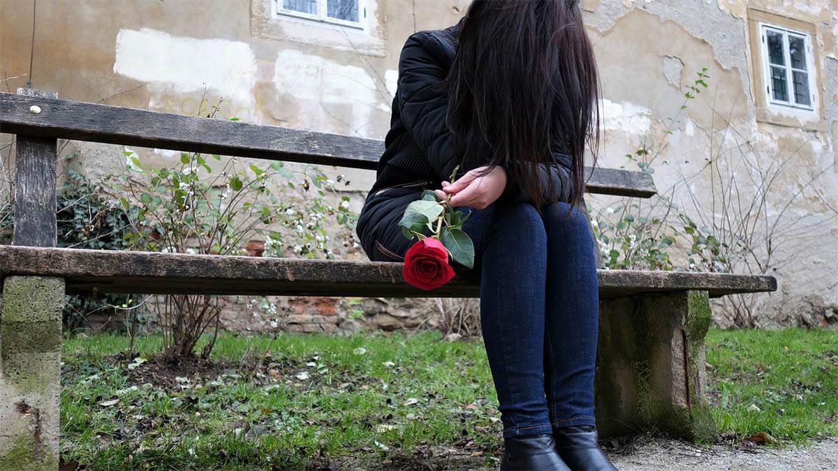 maedchen-ungluecklich-verliebt-rose