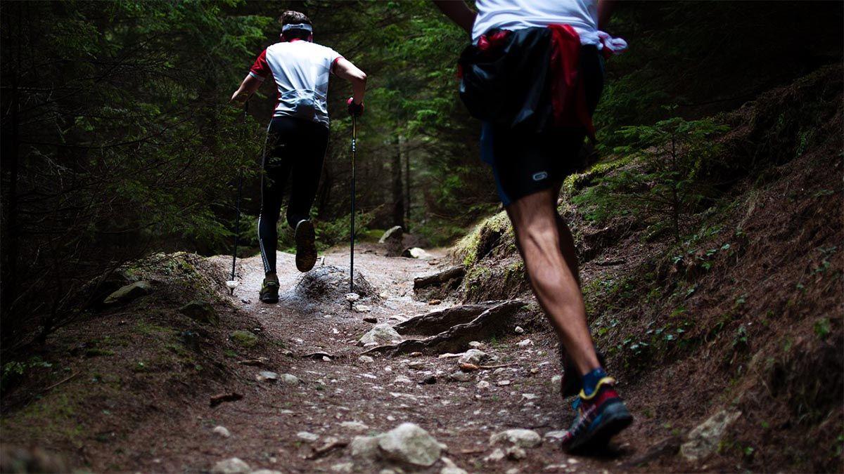 maenner-joggen-berg