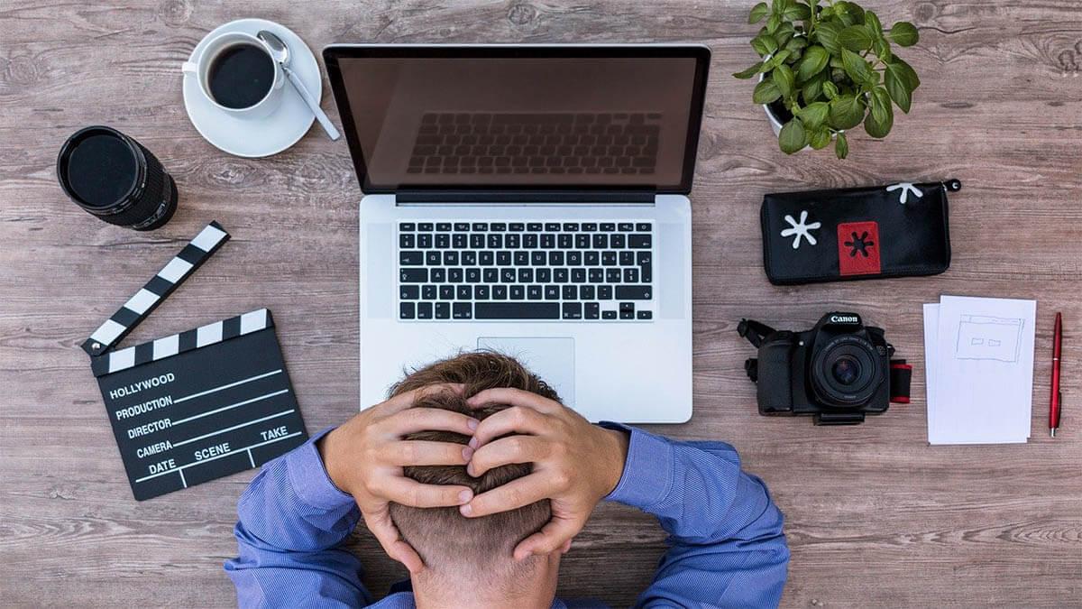 mann-gestresst-beim-arbeiten