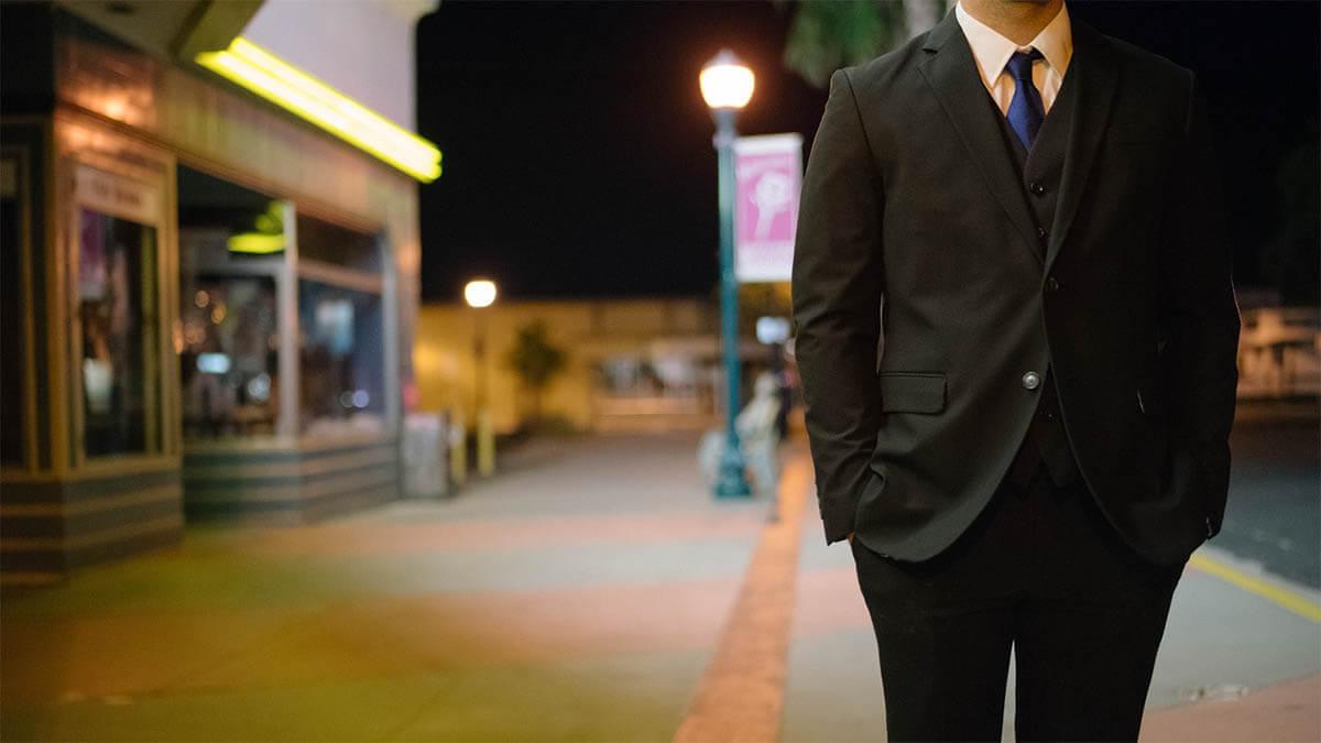 mann-mit-anzug-nachts-strasse