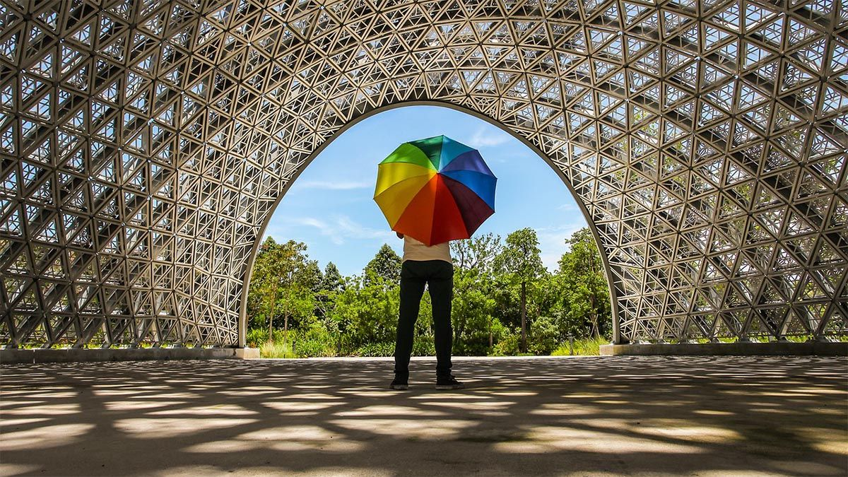 mann-regenschirm-regenbogenmuster