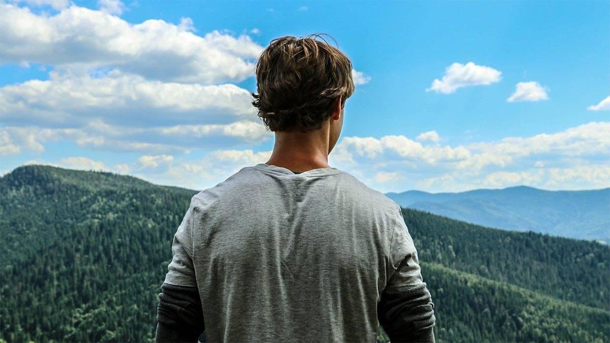 mann-schaut-in-die-ferne-blauer-himmel