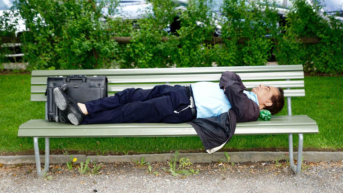 mann-schlaeft-auf-parkbank