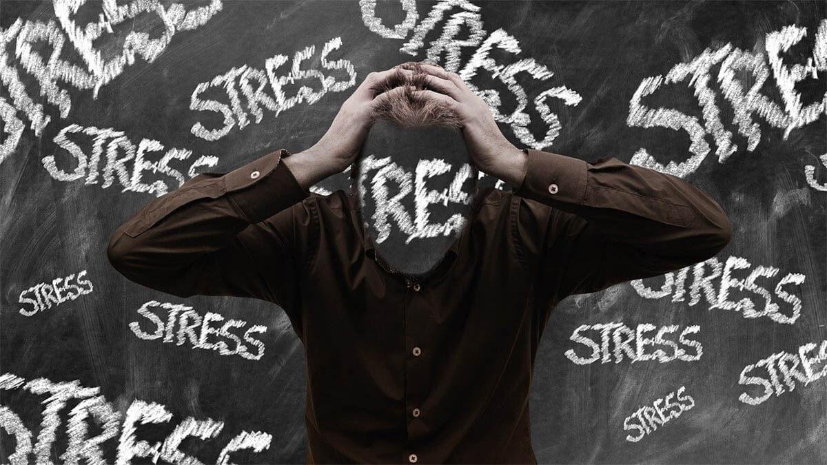 mann-stress-fast-an-kopf-dunkel