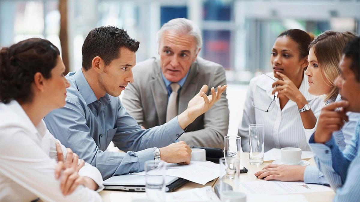 menschen unterhalten sich meeting