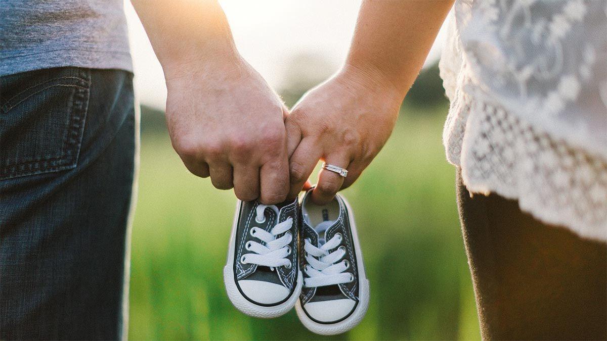 paar-hand-halten-babyschuh