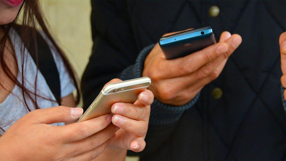 personen-texten-mit-handy