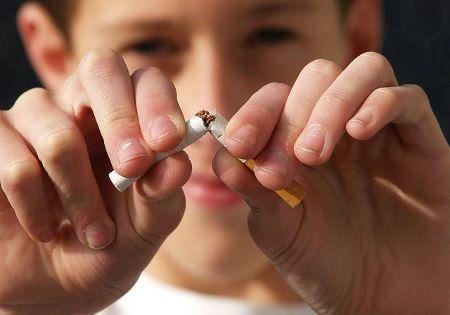 rauchfrei-kind-zerbricht-zigarette