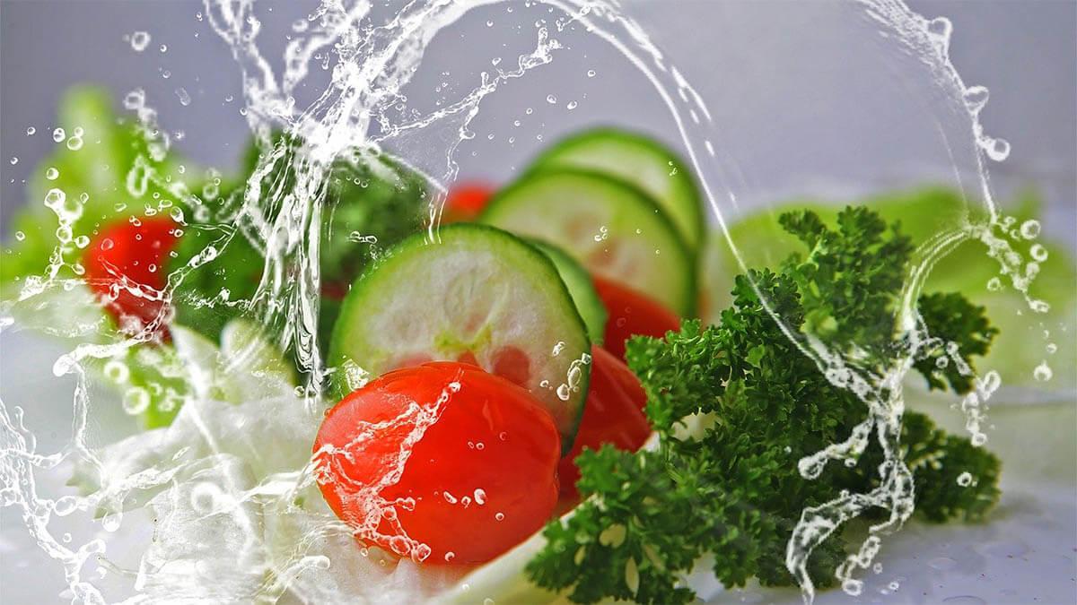 salat-gurke-tomate-wasser-erfrischend