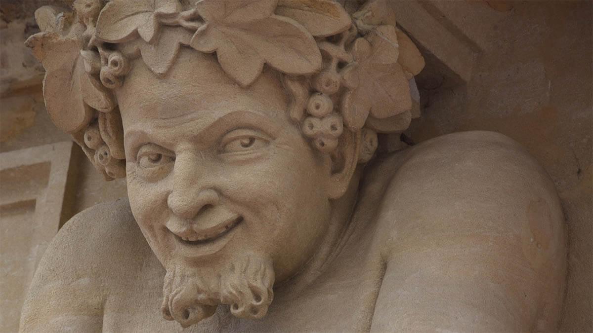 teufel-statue-stein-lacht-boeser-blick