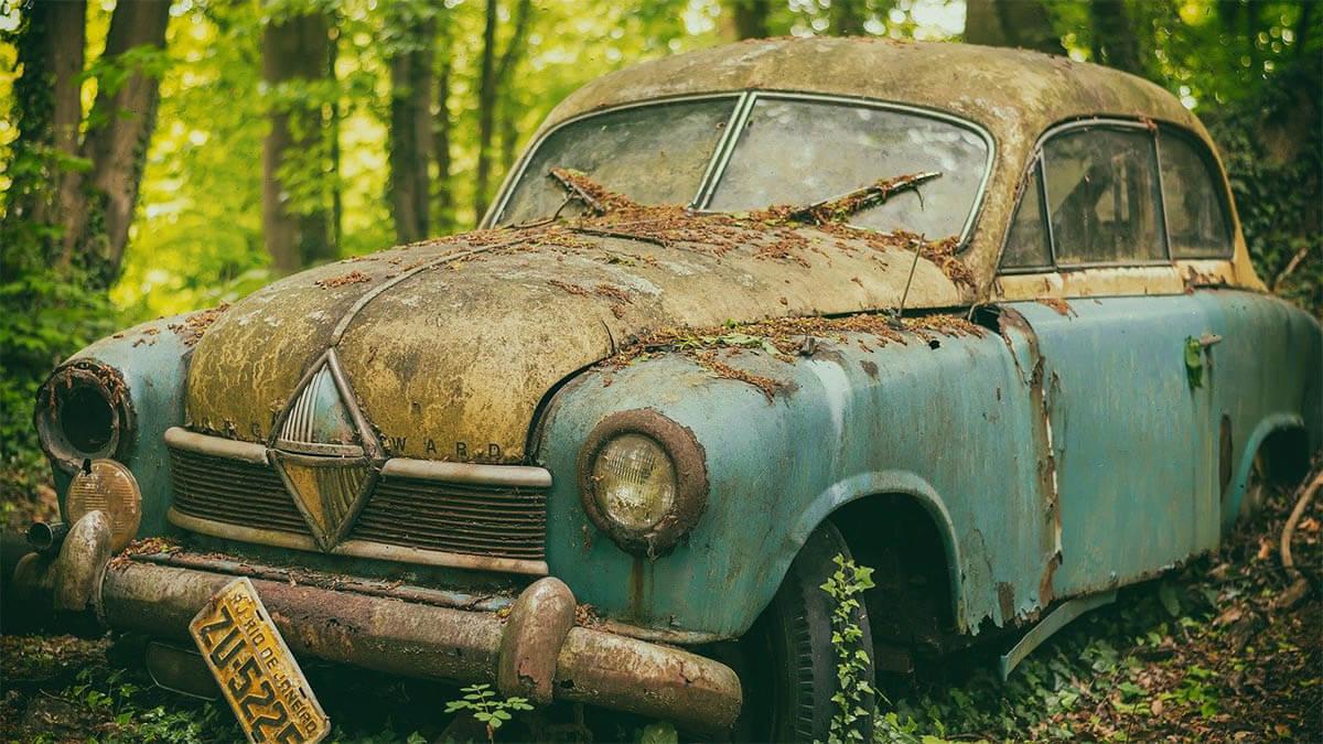 verrostetes auto an