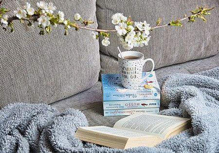 alleine entspannen buch und kaffee
