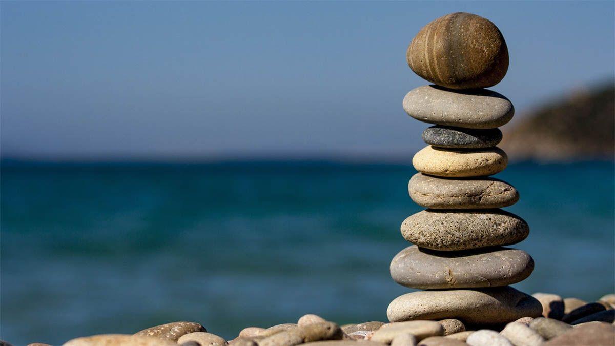 balancierende-steine-meer-yoga