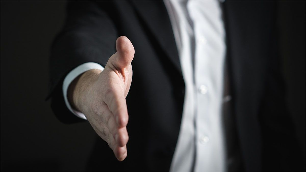 bewerbungsgespraech handschlag