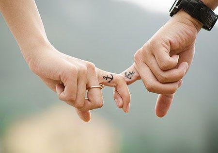 beziehung fingerhalten anker tattoo