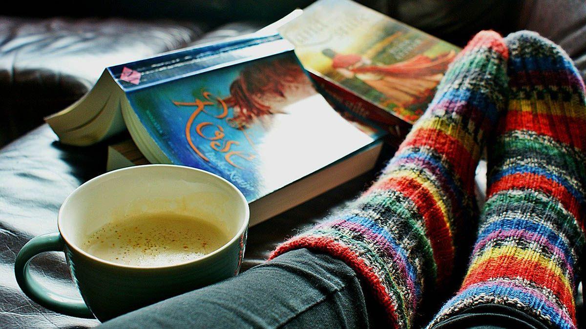 entspannen-kaffe-buch-fuesse