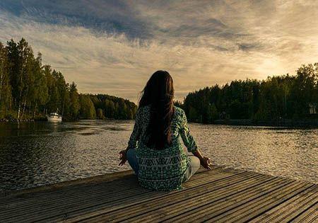 entspannungsuebungen am see yoga frau