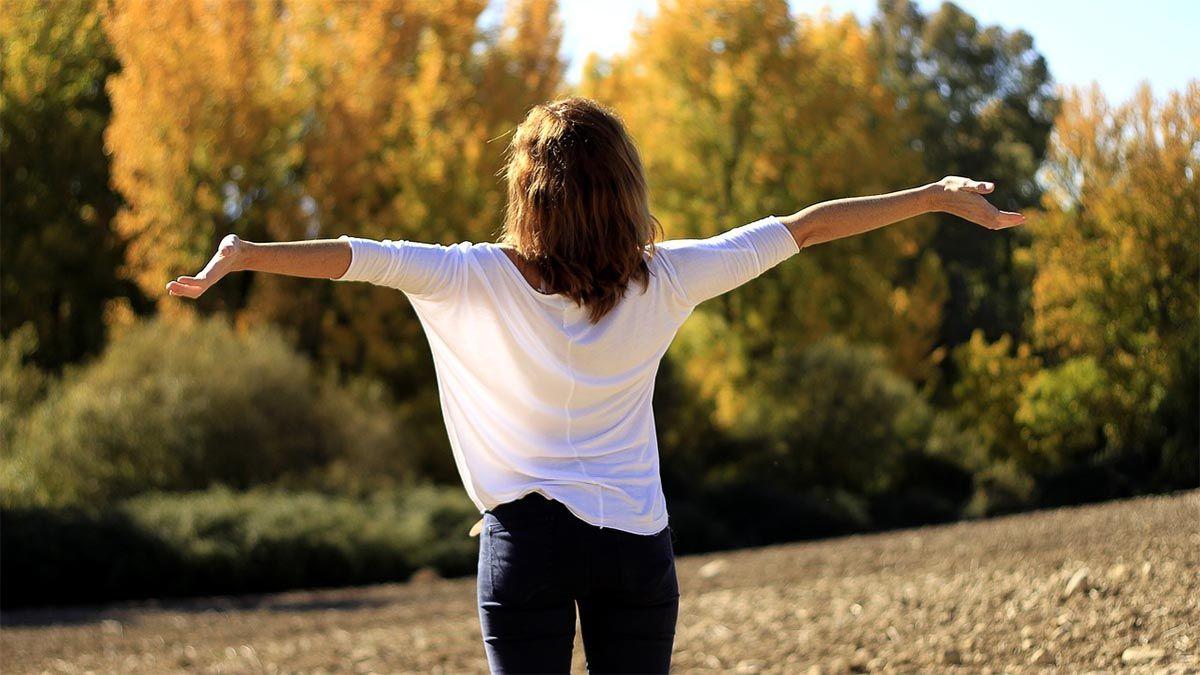 frau-atmen-entspannen-natur