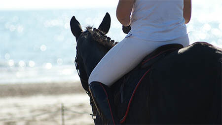 frau-reitet-auf-pferd