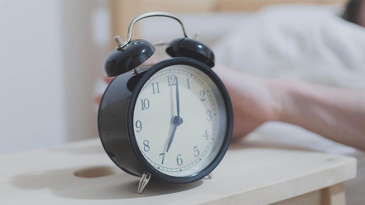 frau aufstehen schubst wecker