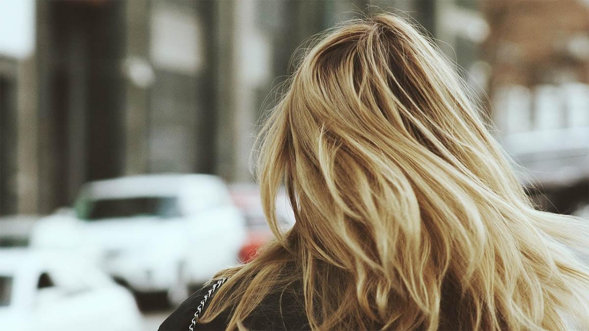 frau blond haare strasse mit autos