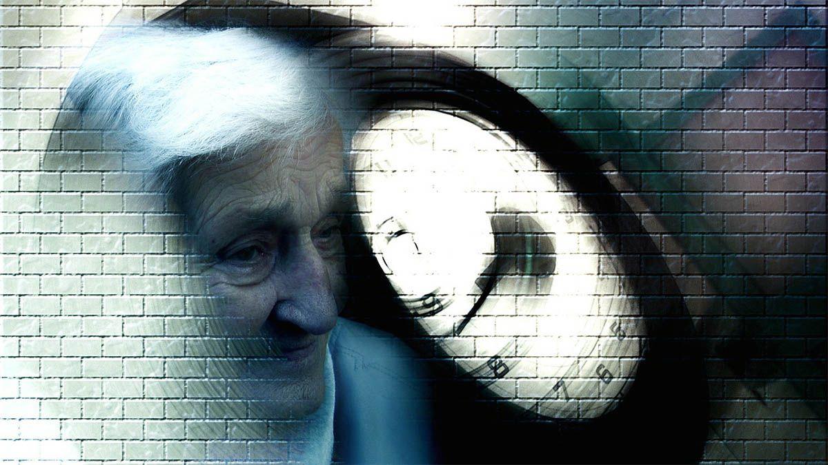 frau-demenz-uhr-verschwommen