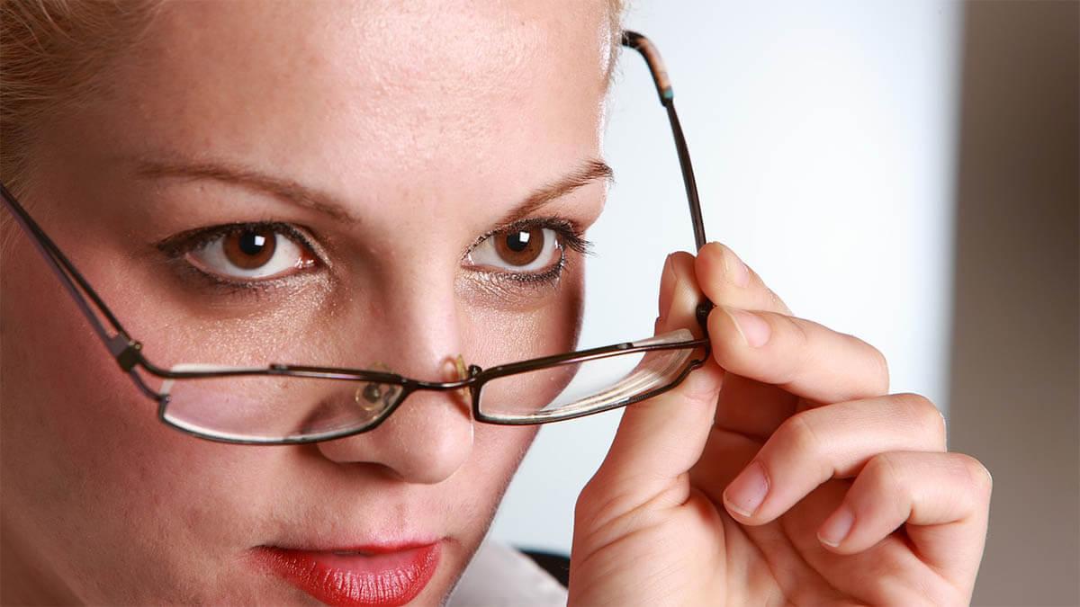frau-elbstbewusst-zieht-brille-ab