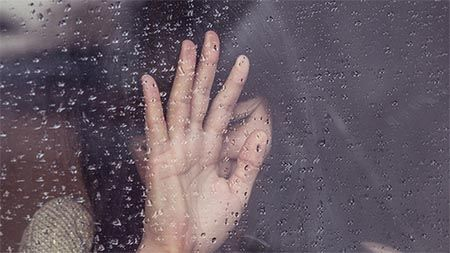 frau-regen-fensterscheibe