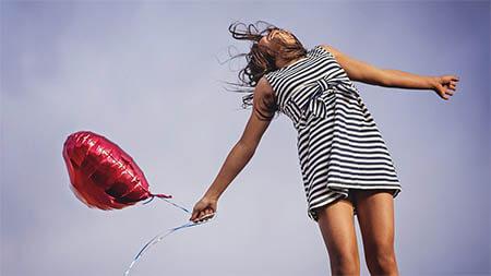 frau-mit-luftballons