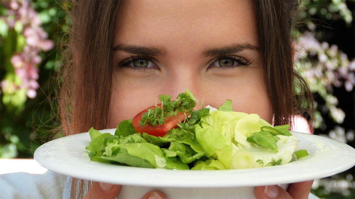 frau gluecklich salatteller