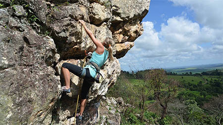 frau-klettert-berg-hinauf