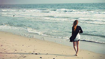 frau-laeuft-strand-entlang