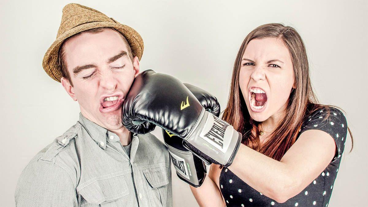 frau-mann-boxhandschuhe-aggression
