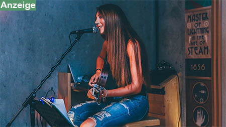 frau-spielt-gitarre