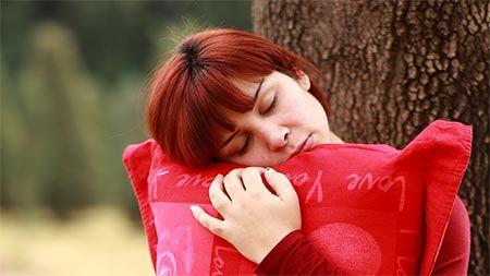 frau-im-stehen-schlafen