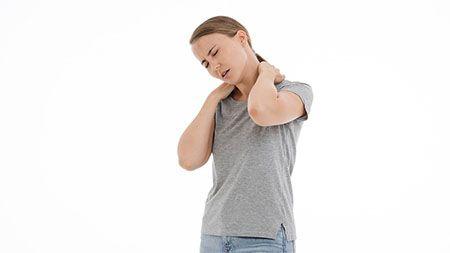 frau-nackenschmerzen
