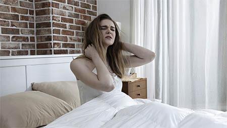 frau-schlafstoerungen-aufwachen-nacken