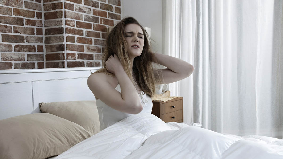 frau-schlafstoerungen-greift-sich-an-nacken