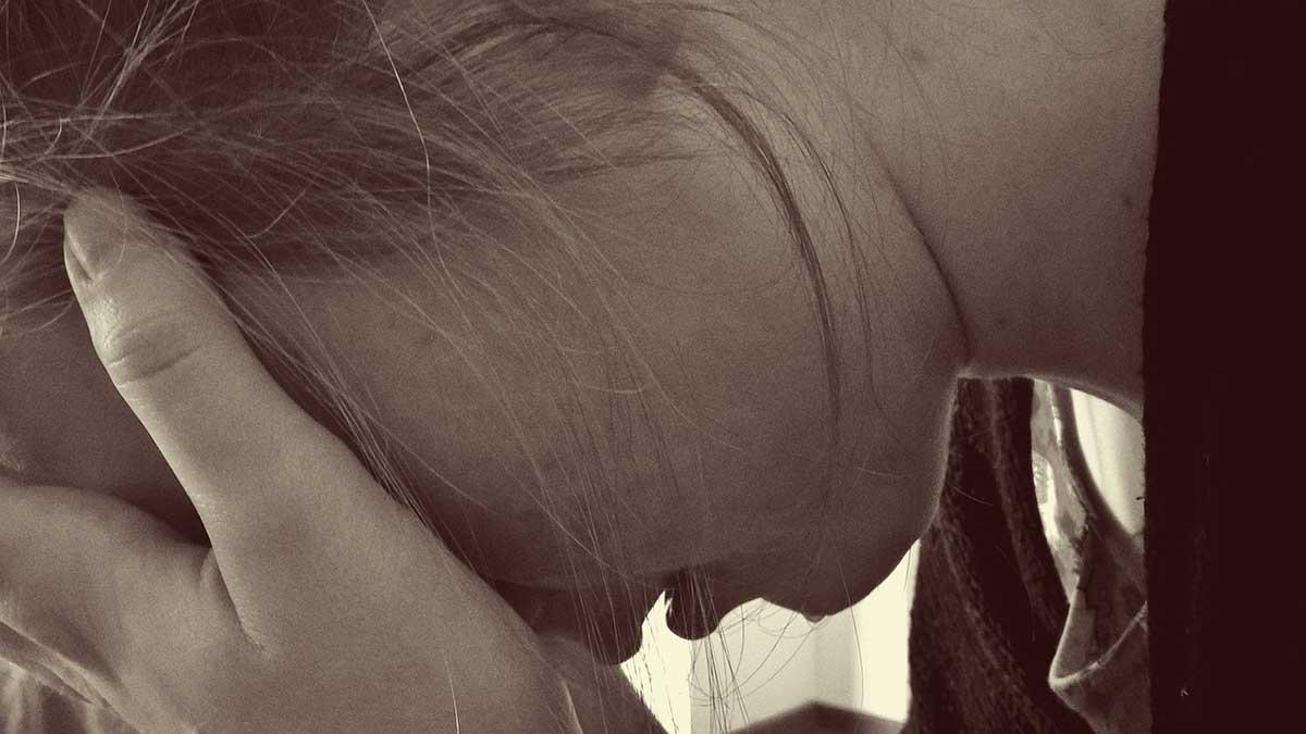 frau-verzweifelt-suizidgedanken
