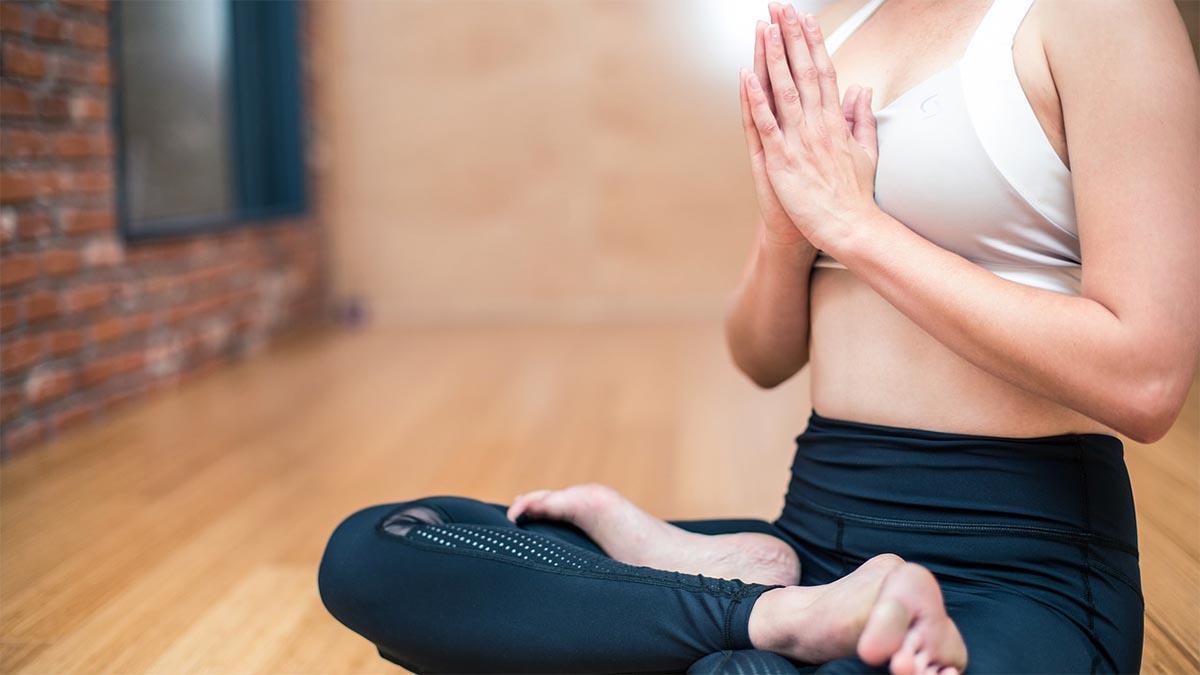 frau yoga sitz