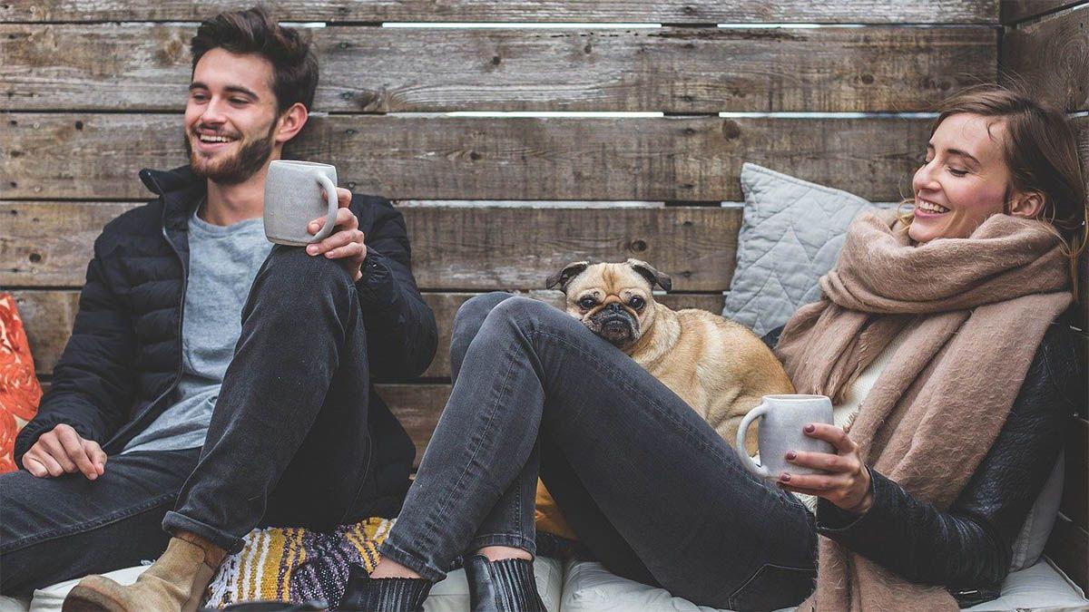 freunde-gluecklich-kaffetrinken