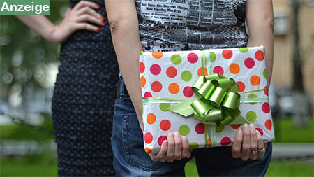 geschenk-hinter-ruecken