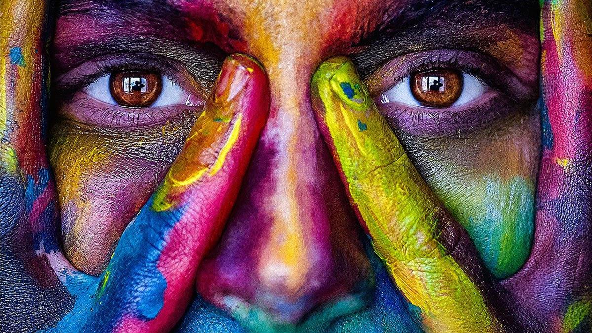 gesicht-mit-vielen-farben-angemalt