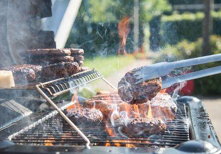 grillen-burger-zange-rauch