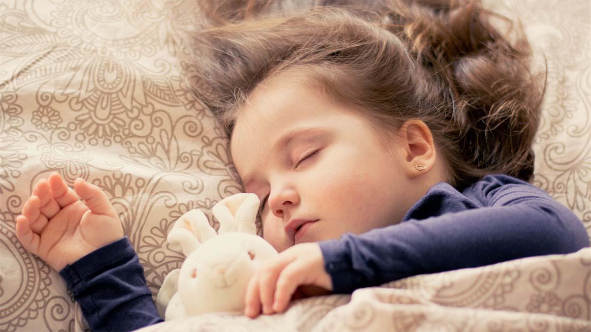 kind-schlafen-stoffhase