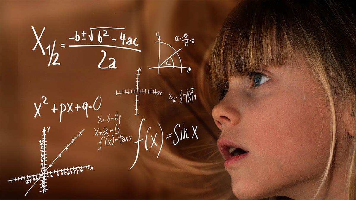 maedchen-hochsensibel-hochbegabt-mathematikformeln
