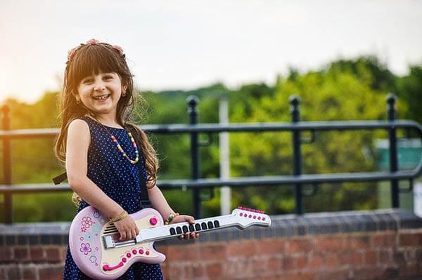 maedchen spielt gitarre klein