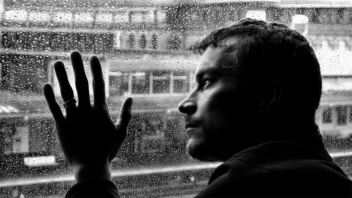mann-depresionen-regen-auf-scheibe