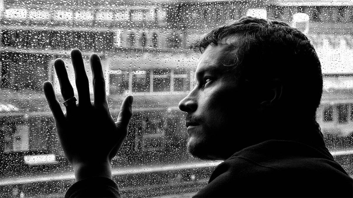 mann-einsam-traurig-verregnete-scheibe