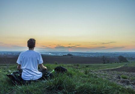 mann meditiert auf berg